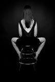 Rückseitiges Sitzen der Frau auf dem barchair Stockfotografie