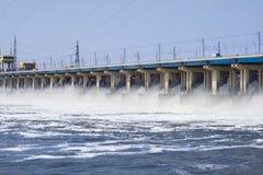 Rücksetzen des Wassers auf hidroelectric Kraftwerk Stockfotografie