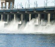Rücksetzen des Wassers am hidroelectric Kraftwerk Stockfotografie