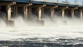 Rücksetzen des Wassers am Wasserkraftwerk stock footage