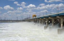 Rücksetzen des Wassers am Wasserkraftwerk Lizenzfreie Stockfotografie