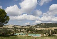 Rücksortierung auf toskanischen Hügeln stockfotos