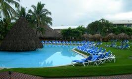 Rücksortierung in Costa Rica mit Poolsideaufenthaltsraumstühlen Stockfotos
