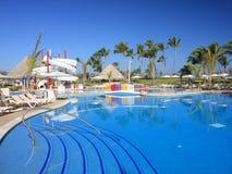 Rücksortierung mit Palmen und Pool Stockfoto