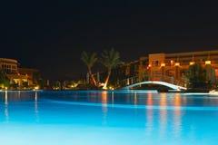 Rücksortierung mit Pool nachts Lizenzfreie Stockfotos