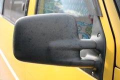 Rückspiegel Gelbes Auto stockbild
