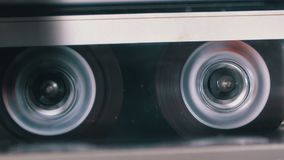 Rückspulen Sie eine Kassette, die in ein Tonbandgerät eingefügt wird stock video