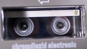 Rückspulen Sie eine Kassette, die in ein Tonbandgerät eingefügt wird stock footage
