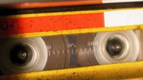 Rückspulen Sie eine Kassette, die in ein Tonbandgerät eingefügt wird stock video footage