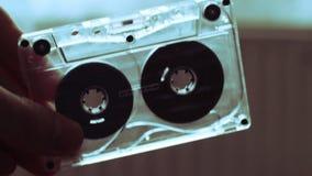 Rückspulen Sie manuell eine Kassette stock video