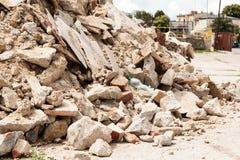 Rückstand, Abfallziegelsteine und Material vom Gebäude Stockfotografie