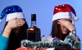 Rückweisung des alkoholischen Getränks zwei Mädchen Stockfotografie