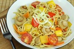 Rühren-braten Sie Nudeln mit Gemüse. Lizenzfreie Stockfotos