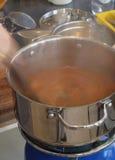 Rühren der kochenden Suppe Lizenzfreies Stockbild