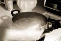 Rühren der Suppe lizenzfreie stockfotos