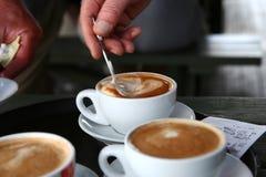 Rühren eines Tasse Kaffees Lizenzfreies Stockbild