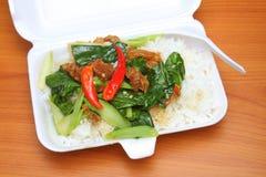 Rühren Sie chinesischen Brokkoli des Fischrogens und knusperiges Schweinefleisch mit Reis Lizenzfreie Stockfotografie