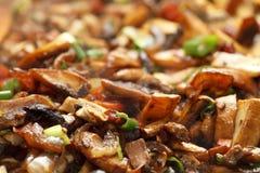 Rühren Sie das Braten von vegs - Frühlingszwiebel, mashrooms, Karotte Stockbild