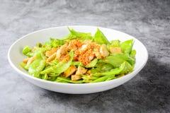 Rühren Sie Fischrogen-Schnee-Erbsen mit vietnamesischen gegrillten Schweinefleisch SausageStir-Fischrogen-Schnee-Erbsen mit vietn lizenzfreies stockbild