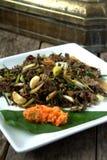 Rühren Sie Fischrogen verschütteten Gill Fungus mit weißen Paprikas und lokaler Zwiebel Stockfotos