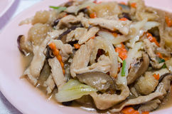 Rühren Sie Fischrogenfischschlund mit Ei und Gemüse in der chinesischen Art lizenzfreie stockfotografie