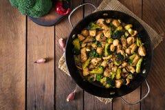 Rühren Sie Fischrogenhuhn mit Brokkoli und Pilzen - chinesisches Lebensmittel Stockfoto