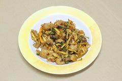Rühren Sie Fried Wild Boar mit rotem Curry im Plastikteller auf Karteneber Lizenzfreie Stockfotos