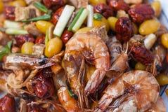 Rühren Sie gebratene Garnele mit Acajounüssen, Affeapfel, Ginko und Wasserbrotwurzel Stockfotos