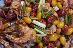 Rühren Sie gebratene Garnele mit Acajounüssen, Affeapfel, Ginko und Wasserbrotwurzel Stockbild