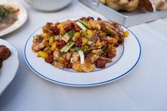 Rühren Sie gebratene Garnele mit Acajounüssen, Affeapfel, Ginko und Wasserbrotwurzel Stockfoto