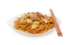 Rühren Sie gebratene Nudeln auf weißem Hintergrund, chinesisches Lebensmittel Stockfotos