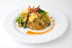 Rühren Sie gebratene Suppennudeln mit Geflügel und Ei auf weißem Hintergrund Stockbild