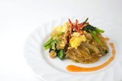 Rühren Sie gebratene Suppennudeln mit Geflügel und Ei auf weißem Hintergrund Stockfotos