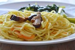 Rühren Sie gebratene vegetarische Nudel mit Pilz und Chinakohl auf Teller Lizenzfreies Stockbild