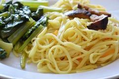 Rühren Sie gebratene vegetarische Nudel mit Pilz und Chinakohl auf Teller Lizenzfreie Stockfotografie