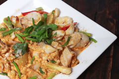 Rühren Sie gebratenen Kalmar mit gesalzenem Ei köstliche Meeresfrüchte Yorks, Thailand Lizenzfreies Stockbild