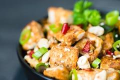 Rühren Sie gebratenen Tofu, Acajoubaum, Paprika auf dunklem Hintergrund Abschluss oben Lizenzfreie Stockfotografie