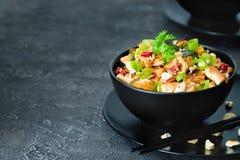 Rühren Sie gebratenen Tofu, Acajoubaum, Paprika auf dunklem Hintergrund Kopieren Sie Platz Stockfotos
