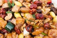 Rühren Sie gebratenes Huhn mit Acajounüssen, Affeapfel, Ginko und Wasserbrotwurzel Stockfoto