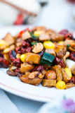 Rühren Sie gebratenes Huhn mit Acajounüssen, Affeapfel, Ginko und Wasserbrotwurzel Stockfotos