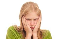 Rührende Backen der ernsten Frau durch Hände Lizenzfreie Stockfotos