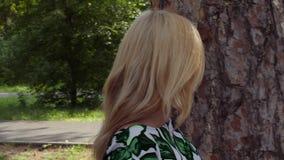 Rührende Barke der attraktiven Frau der Kiefers mit der Hand und herum gehen stock video