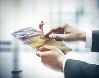 Rührende digitale Tablette des Fingers, Feiertagskonzept lizenzfreies stockfoto
