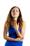 Rührende Finger der Frau ihre gesunde Halshaut an Stockfotografie