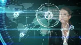 Rührende futuristische Schnittstelle der Geschäftsfrau mit internationaler Karte auf Hintergrund stock footage