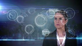 Rührende futuristische Schnittstelle der Geschäftsfrau mit internationaler Karte auf Hintergrund stock video