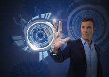 Rührende futuristische Schnittstelle des Geschäftsmannes Lizenzfreie Stockbilder