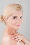 Rührende gesunde Haut der jungen Frau Lizenzfreie Stockfotos