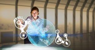 Rührende Ikonen der Geschäftsfrau am futuristischen Schreibtisch im Büro Lizenzfreies Stockfoto