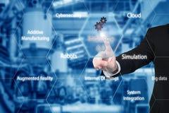 Rührende Industrie 4 des Geschäftsmannes 0 Ikone, die Daten der intelligenten Fabrik zeigt Stockfotografie